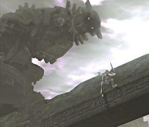 Image du jeu où Wander s'accroche sur le bras d'un immense colosse